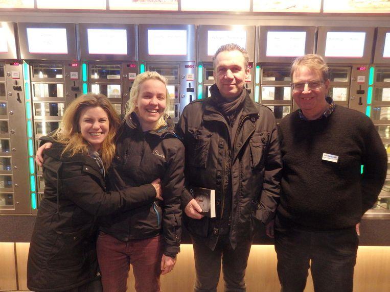Ruth Visser, Soraya Riem en Oscar van Gelderen van uitgeverij Lebowski, en boekhandelaar Frank Reijgwart. Bij de rode loper. Beeld Schuim