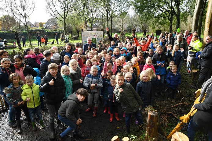 Leerlingen van een basisschool in 's Gravenmoer werkten eerder deze maand nog mee aan het planten van een tiny forest in hun dorp.