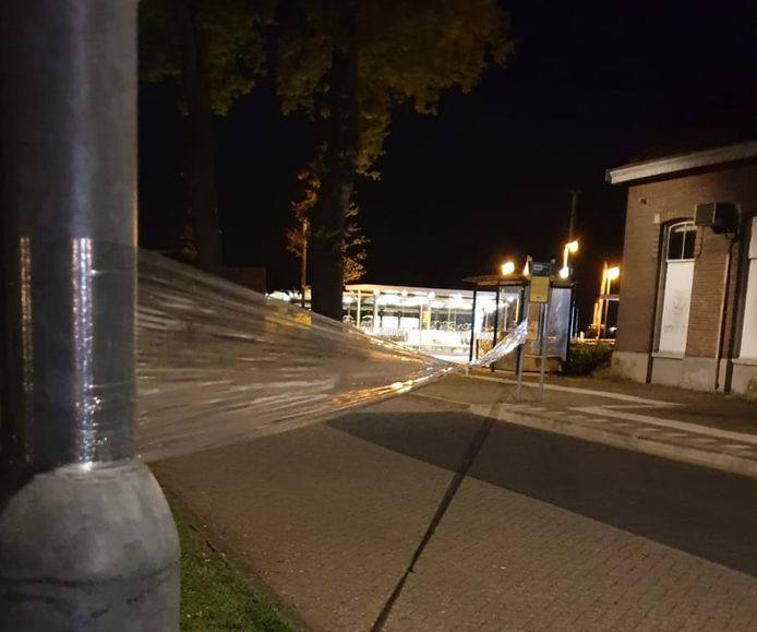Jongeren teisteren de buurt rond het station in Vorden. Zondagnacht was het raak met gespannen folie en hakenkruizen.