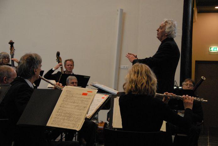 Dirigent Lex Bergink in actie tijdens de ouverture