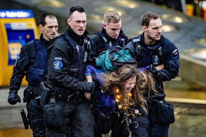 Een demonstrante die gisteren werd weggevoerd uit Schiphol Plaza.