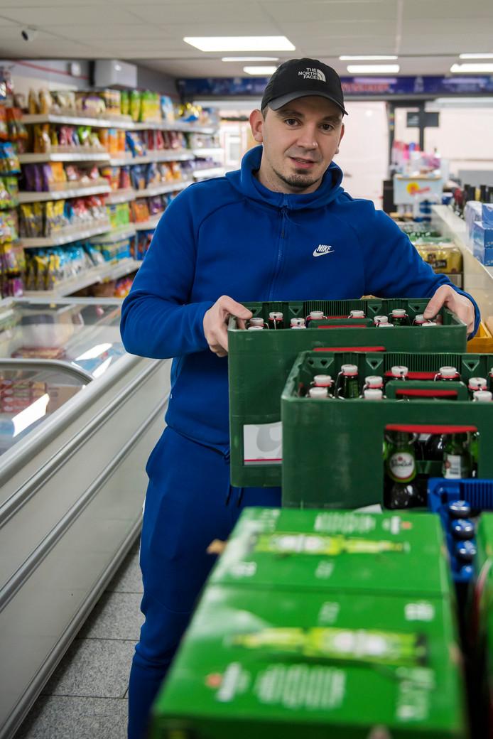 EINDHOVEN - 2741 - *Burak Karaca* eigenaar van de avondwinkel, doet verhaal over steeds later sluitende supermarkten.