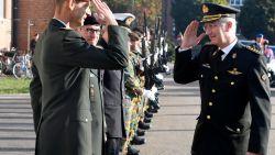 """Koning Filip blikt """"ontroerd"""" terug op legertijd"""