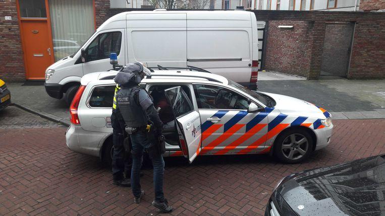 Drie mannen en een vrouw die via het darknet een postorderbedrijf voor drugs runden zijn dinsdag opgepakt in Amsterdam en Werkendam (2018).  Beeld ANP Handouts