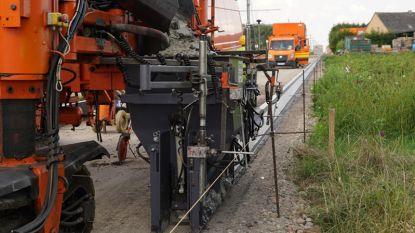 Primeur in de wegenbouw: dubbelzijdige betonmachine wordt gebruikt bij aanleg fietsostrade