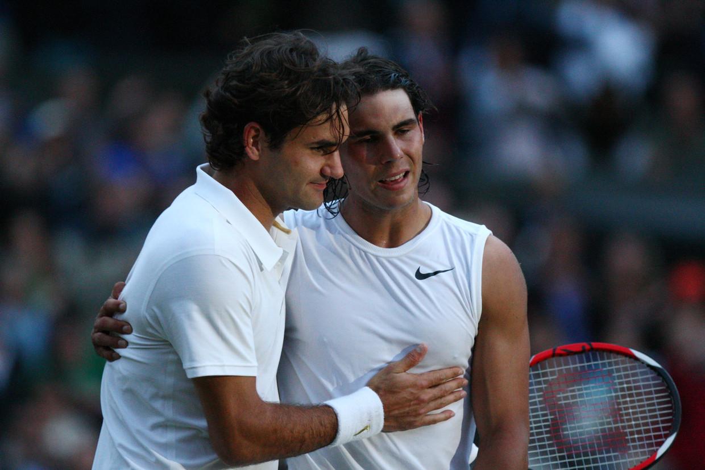 Roger Federer (L) en Rafael Nadal staan vrijdag voor het eerst sinds 2008 weer tegenover elkaar op Wimbledon. Beeld AFP