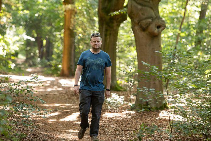 Raadslid Gerben Stormbroek in het bos van De Oude Tempel.