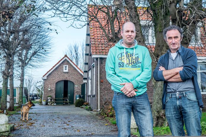 De boeren Gertjan Hooijmans (links) en Arnold van Adrichem, op het erf van de Nelly Hoeve in Schipluiden.