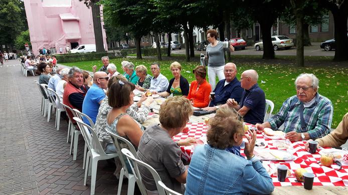 88 tafels waren in de lengterichting van de straat opgesteld. Zo hadden de eters goed zicht op het in de Brabantse vlag ingepakte raadhuis.