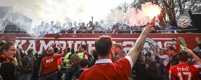 De platte kar met de PSV-selectie onderweg door de straten van van Eindhoven naar het Stadhuisplein voor de huldiging van de landskampioen.