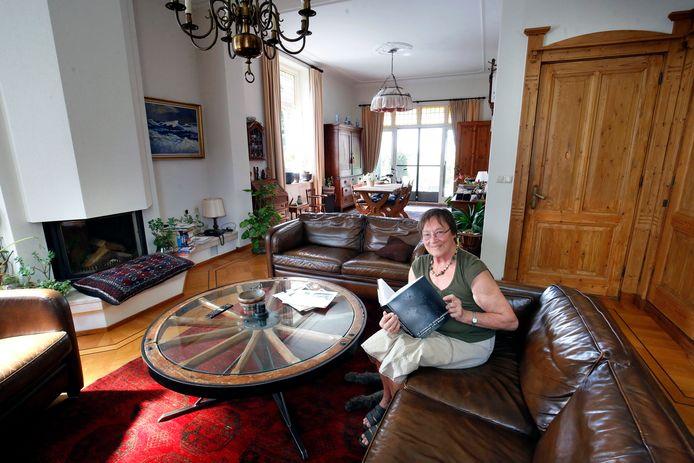 Els Kloek-Van Overbeeke in haar riante woonkamer.