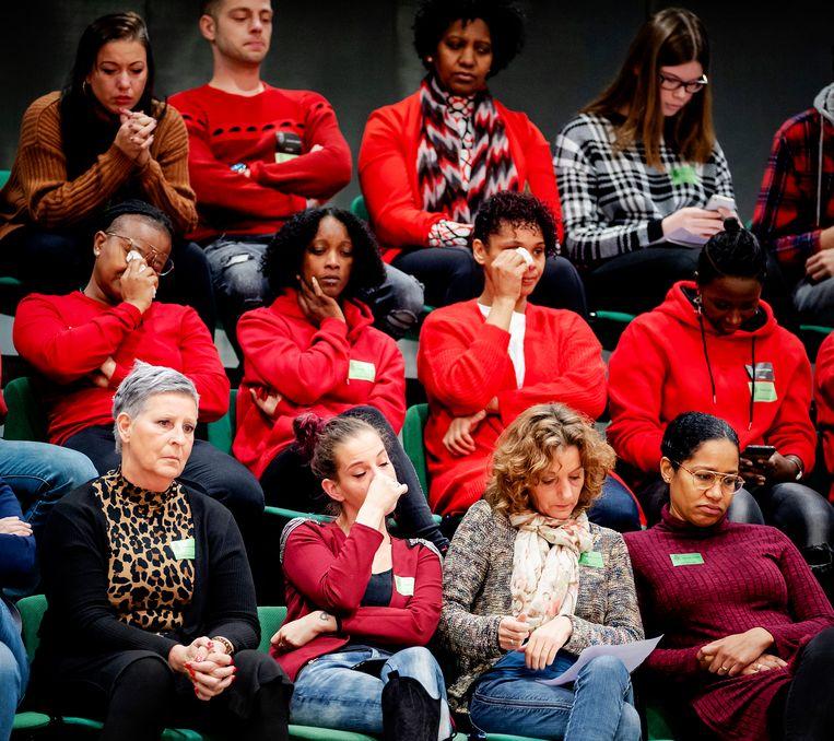 Getroffen ouders op de publieke tribune tijdens het debat over het optreden van de Belastingdienst in de affaire rond kinderopvangtoeslagen.  Beeld ANP
