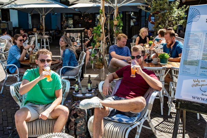"""Yannick Gorter (l) en Roel van Wely genieten van een biertje op het terras van ST. Tropez. ,,Helaas hadden ze geen halve liters."""""""