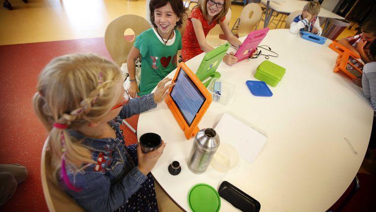 Leerlingen van de Master Steve JobsSchool in Sneek aan het werk op hun tablet tijdens de eerste schooldag. Beeld ANP