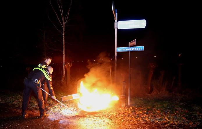 Autobanden in brand in Waardenburg
