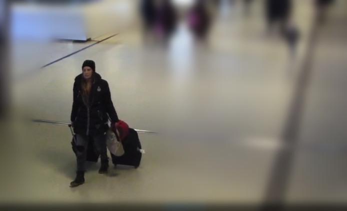 Het jongetje was in gezelschap van deze vrouw op Amsterdam Centraal.