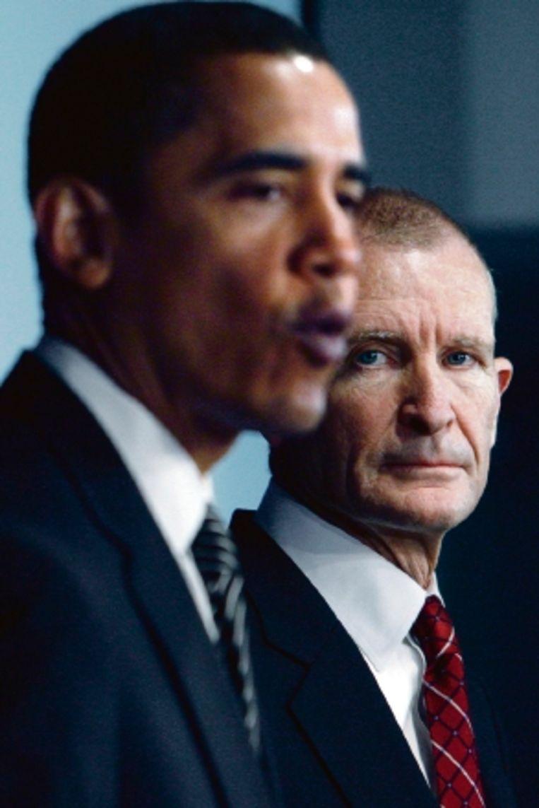 Dennis Blair (rechts) was zestien maanden lang Barack Obama?s hoogste veiligheidsadviseur. Hij moest eergisteren aftreden. (FOTO AP) Beeld AP
