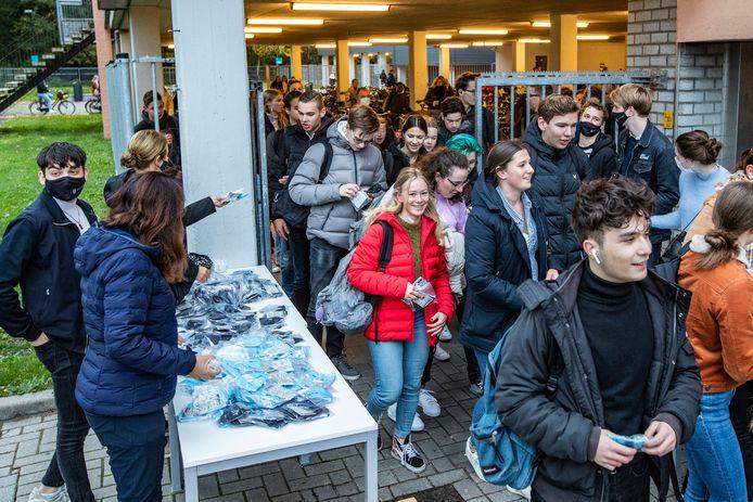 Scholieren op Het Vlier in Deventer krijgen mondkapjes uitgereikt.