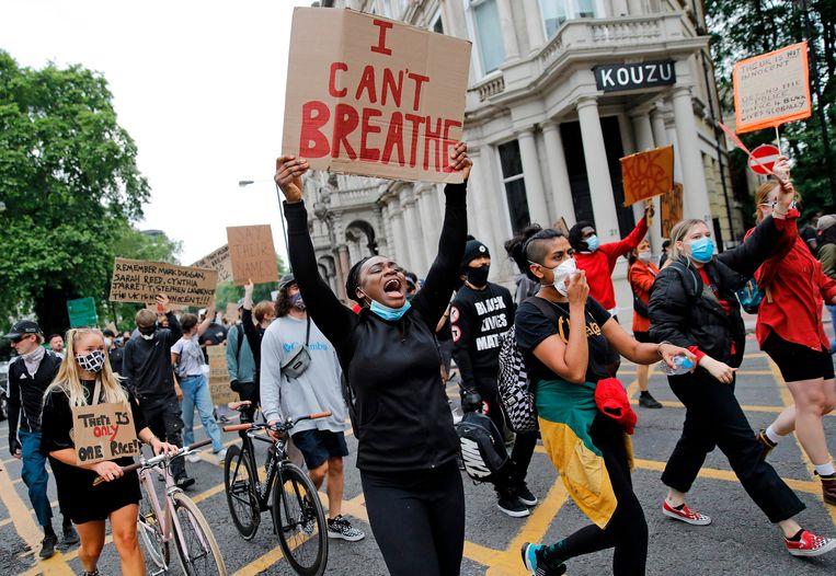 Demonstranten protesteren woensdag in Londen tegen het politiegeweld in de VS. Beeld AFP