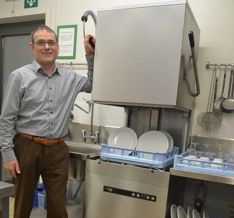 Tony Leyssens is blij met de net geïnstalleerde vaatwasmachine.