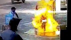 Man ontsnapt aan dood nadat zijn motor vuur vat bij ontsmettingsbeurt