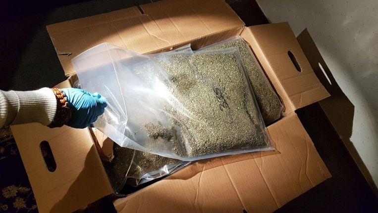 In een van de woningen in Zuidoost werd een soort drugssupermarkt met 175 kilo aan verschillende softdrugs aangetroffen Beeld Politie