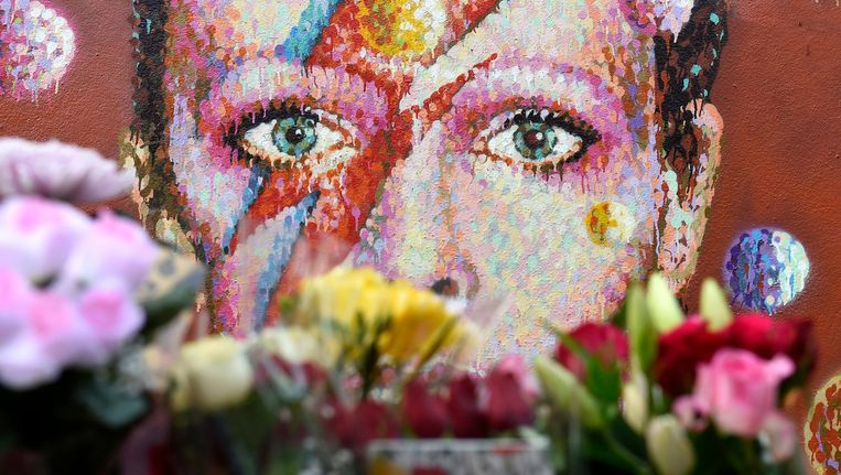 Bloemen bij een muurschildering van Bowie in zijn geboorteplaats Brixton. Beeld anp