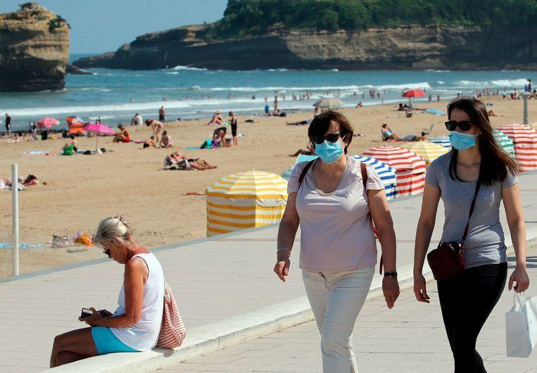 Enkele toeristen met een mondmasker in Biarritz, in het zuidwesten van Frankrijk.