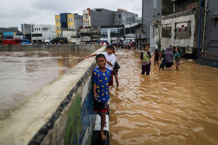 Jakarta heeft regelmatig te kampen met overstromingen. Bijna 40 procent van de stad ligt onder zeeniveau. Beeld EPA