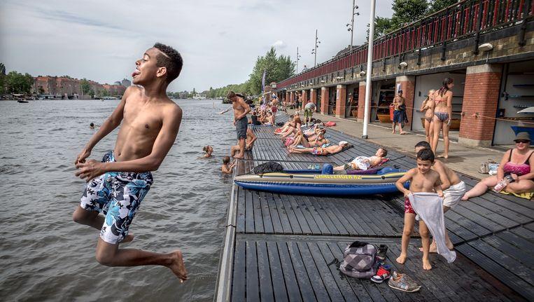 Zwemmers bij Roeivereniging Berlagebrug. Beeld Rink Hof