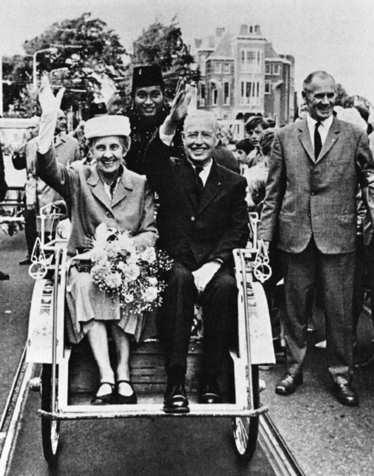 Indiënostalgie anno 1970: bij de herdenking van 25 jaar Japanse capitulatie krijgen de laatste gouverneur-generaal Tjarda van Starkenborgh Stachouwer en zijn vrouw een triomfantelijke intocht. (FOTO UIT BESPROKEN BOEK) Beeld