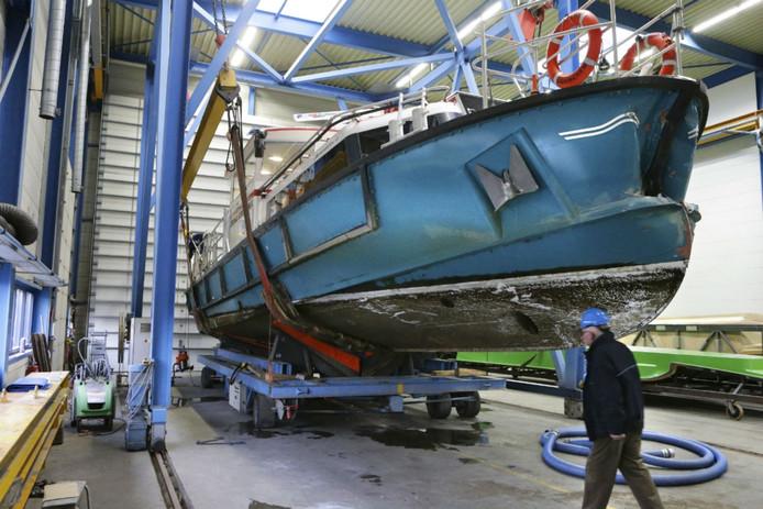 De veerpont raakte flink beschadigd door de aanvaring met het binnenvaartschip.