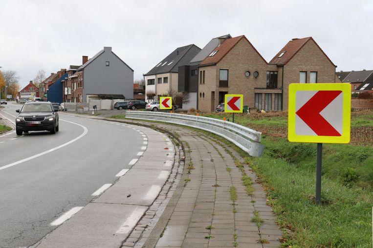 De vangrail moet voor meer veiligheid zorgen bij de buurtbewoners.
