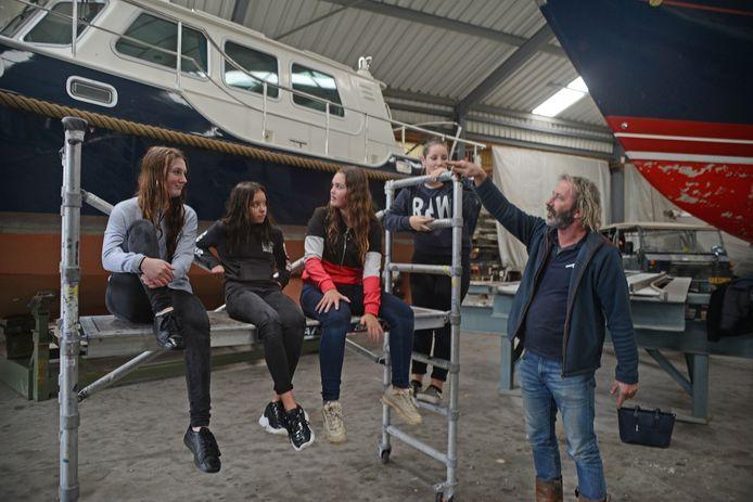 Tweedeklassers van Pontes Pieter Zeeman bezoeken Mulder Yachtservice in Zierikzee.   Sophie de Graaf, Kayleigh Schoute, Iris Berrevoets en Annemoon de Bruin luisteren naar de uitleg van Ron Mulder over zijn bedrijf.