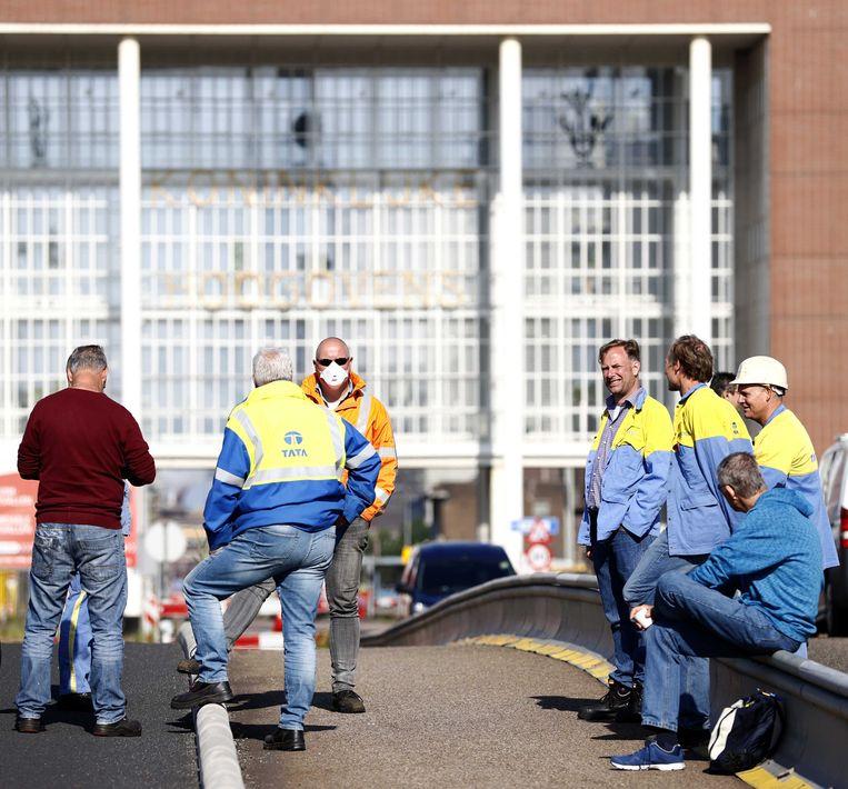 Medewerkers van Tata Steel blokkeren de ingangen van het complex in IJmuiden. Beeld ANP