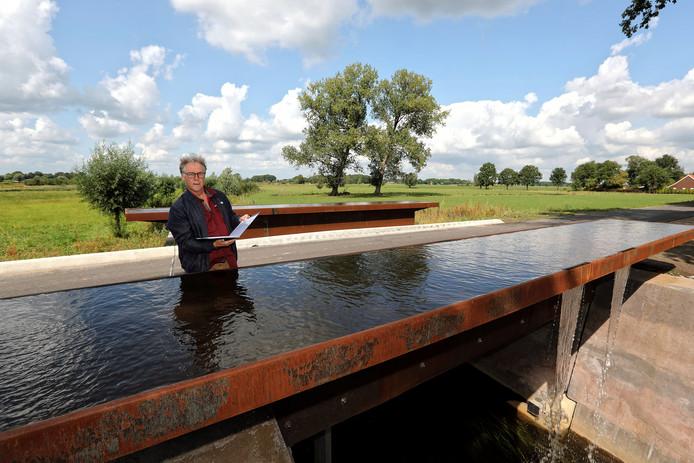 Stadsdichter Eric van Deelen leest zijn gedicht uit de Gedichtenroute voor bij de brug over de Oude Turfvaartsestraatbij Nispen.