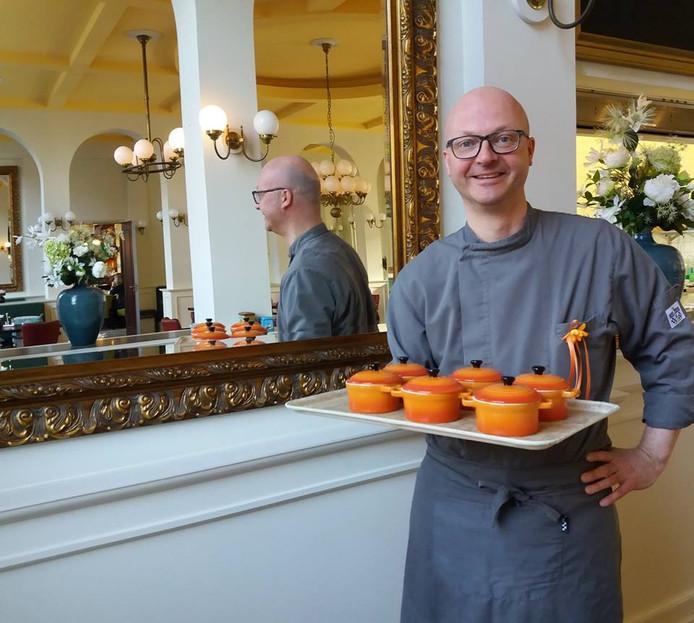 Chef-kok Marco van Burgsteden is al volop in Oranjesfeer en bereidt voor de bewoners van St. Pieters en Bloklands een speciaal Koningsdagbuffet.