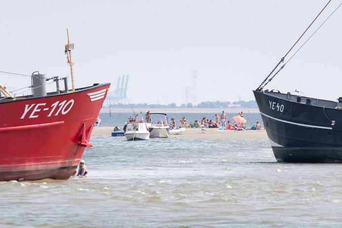 Op een drooggevallen zandbank, twee kilometer uit de haven van Yerseke, maken varende inwoners van het dorp een privéstrand.