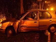 Auto slipt en botst tegen boom in Breda