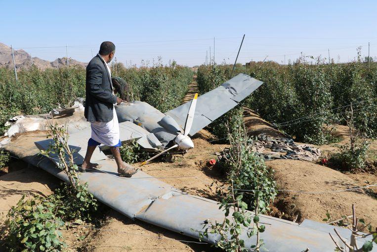 Het wrak van een neergeschoten Saudische drone in Jemen.
