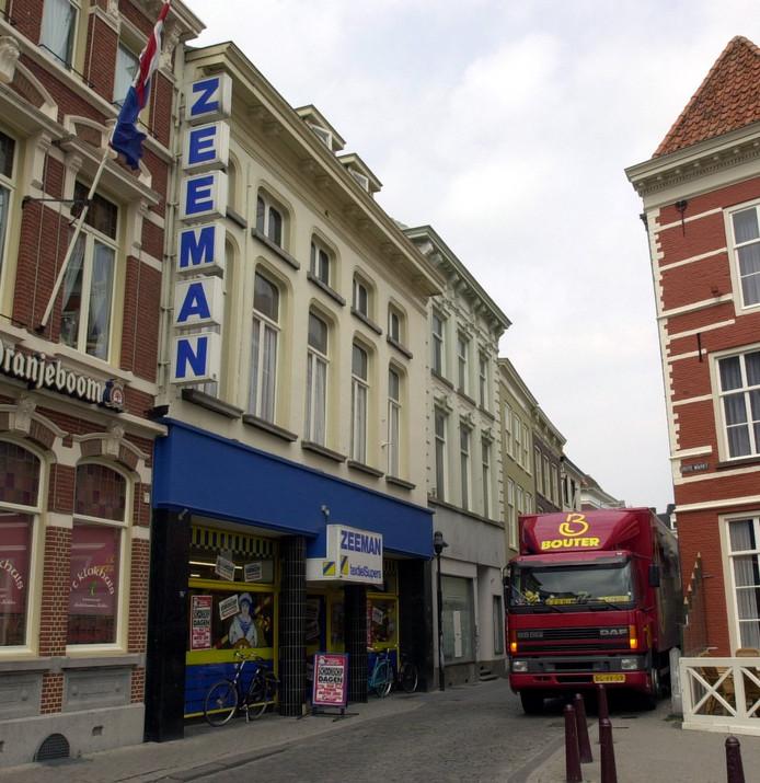 De forse gevelreclame van de Zeeman in Bergen op Zoom zorgde in het verleden al voor irritaties, aldus raadslid Gertjan Huismans van de Fractie Punt. Hij stelt dat het nieuwe collegeplan voor reclamebelasting tot ongeremde groei van reclames zou leiden. Alle raadsfracties willen dat B en W snel met een ander voorstel komen.