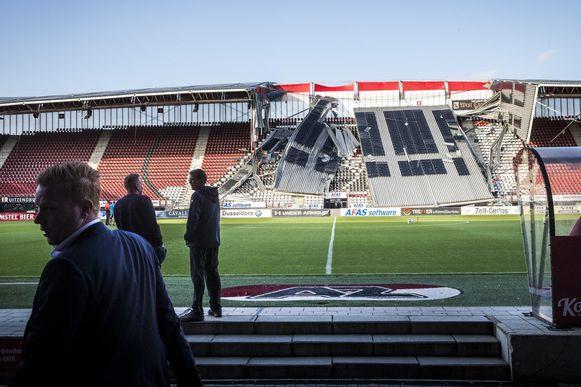 Een deel van het dak van het stadion van AZ stortte in augustus in.
