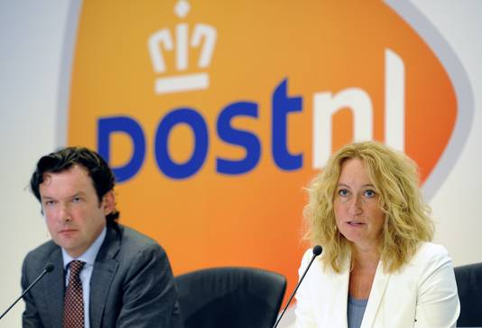 Bestuursvoorzitter Herna Verhagen met links van haar financiële topman Jan Bos
