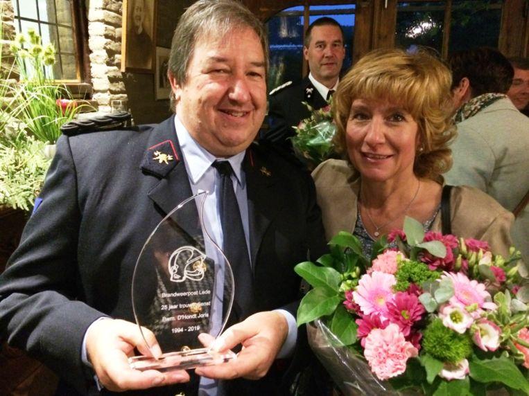 Brandweerman Joris D'Hondt en zijn echtgenote werden net als de andere jubilarissen door de vriendenkring in de bloemetjes gezet.
