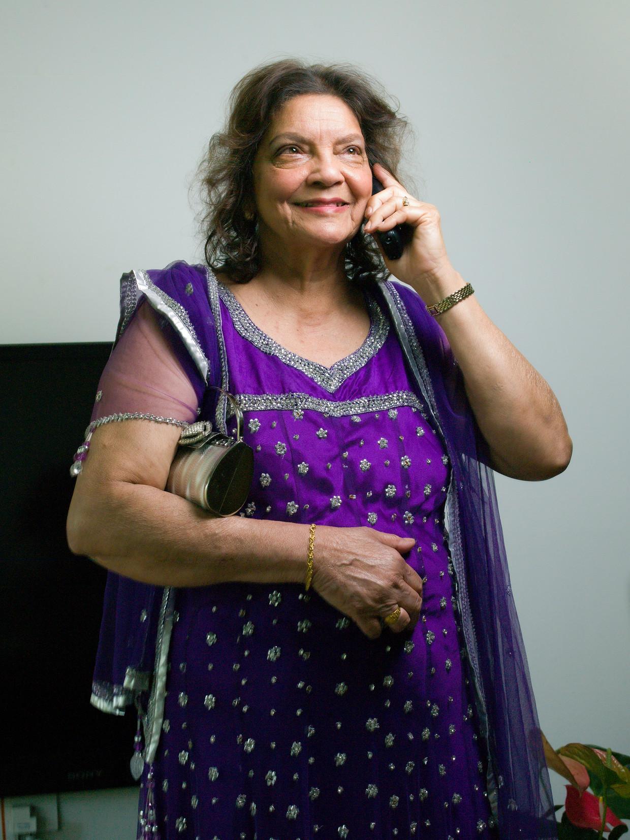 Soeshila Chandrikasingh-Gangaram Panday in haar flat in Amstelveen. Koppelen doet ze per telefoon. Beeld Eva Roefs