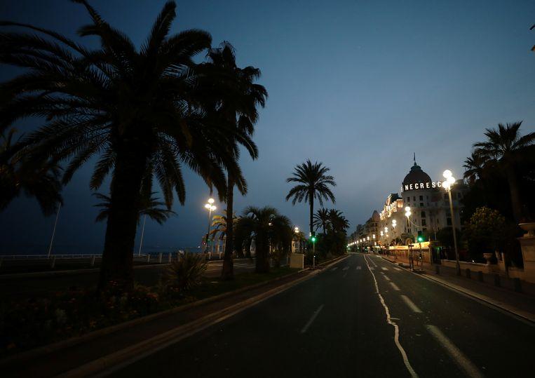 Een verlaten Promenade des Anglais in Nice, Frankrijk.   Beeld REUTERS
