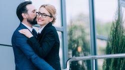 """Franse burgemeester: """"Schaf kussen geven aan collega's op het werk af"""""""