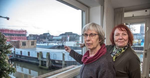 Bewoners gracht-appartementen willen verbouwde woonboot niet voor de deur