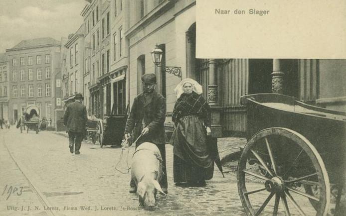 Tafereel op de Pensmarkt in Den Bosch (1903). Een boerenpaar brengt een varken 'naar den Slager'.