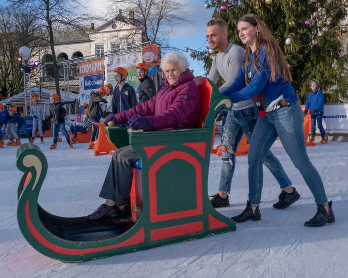 Alle schaatsers en andere bezoekers kunnen er dit jaar aan bijdragen dat veel ouderen de ijsbaan op de Middelburgse Markt bezoeken.
